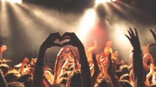 IUJP9OI22I-crowd-heart